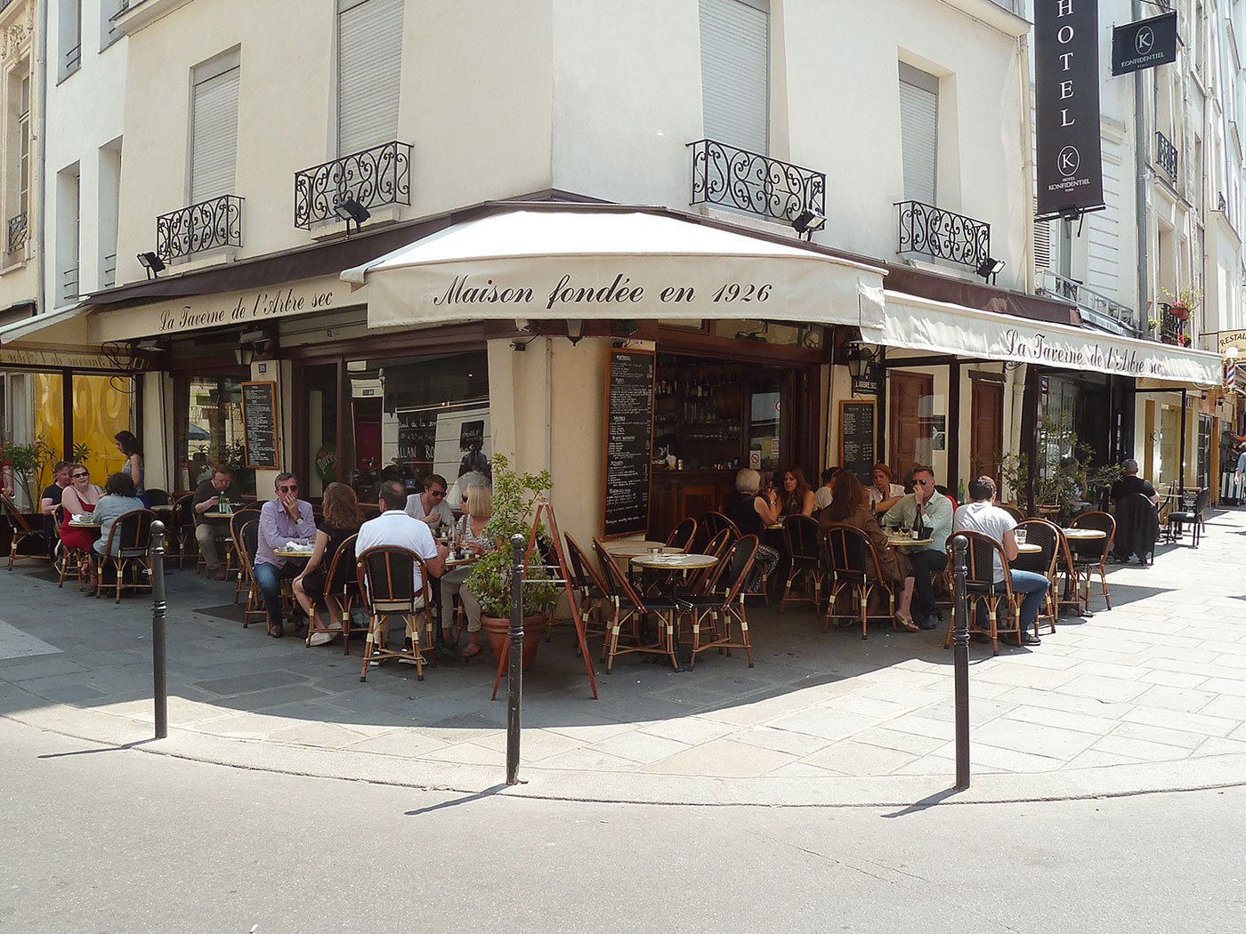 taverne-arbre-sec-photo-terrasse